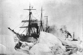 Expeditionsschiff Byrds im schweren Packeis des Südpols (Foto: Bundesarchiv, Bild 102-09158 / CC-BY-SA 3.0)