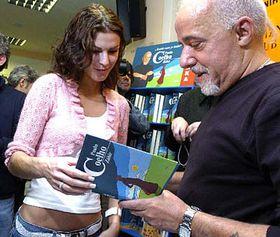 Paulo Coelho y Miss de la República Checa de 2005, Katerina Smejkalová (Foto: CTK)