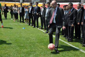 Богуслав Соботка принял участие в тренировке футбольного клуба Куо-ан, Фото: ЧТК