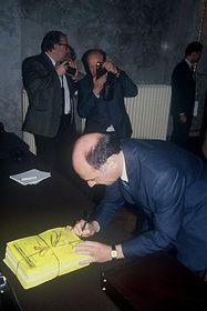 Erwin Pröll unterschreibt für die Wiederherstellung der Thayatalbahn (Foto: www.thayatalbahn.at)