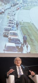 Hans-Dietrich Genscher, vpozadí fotografie kolony trabantů, wartburgů ažigulíků, foto: ČTK