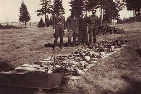 Ostatky žen, které zemřely 20. dubna 1945 při pochodu smrti z tábora Svatava, фото: Archiv Václava Vlka