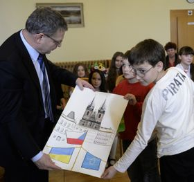 Министр иностранных дел Чешской Республики и украинские дети, которые приехали в Чехию на отдых (Фото: ЧТК)