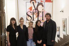 Vít Klusák et Barbora Chalupová (à gauche) avec les jeunes femmes du documentaire 'V síti', photo: ČTK/Michal Kamaryt