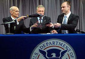 Zleva: Michael Chertoff, Mirek Topolánek aIvan Langer, foto: ČTK