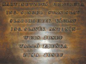 Placa conmemorativa a las víctimas del fascismo en el edificio de la Radio Checa.