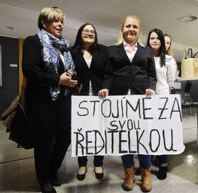 Ivanka Kohoutová (a la izquierda) con sus estudiantes y simpatizantes, foto: ČTK