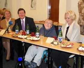 David Hodan (en medio) con lord Robertson y Bela Gran Jensen (presidenta del movimiento Ciempiés), foto: Pavla Jedlickova