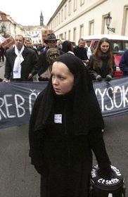 Сотни студентов протестовали перед зданием парламента Чешской Республики (Фото: ЧТК)