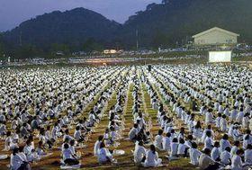 Los monjes budistas tailandeses rezan por las víctimas de la catástrofe (Foto: CTK)