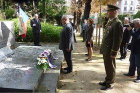 Министр Карел Шварценберг во время посещения Париже, на кладбище Пер-Лашез (Фото: Архив Министерства иностранных дел, Павла Величкинова)