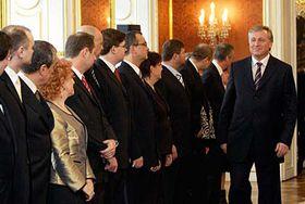 Premiér Mirek Topolánek prochází kolem ministrů své nové vlády, foto: ČTK