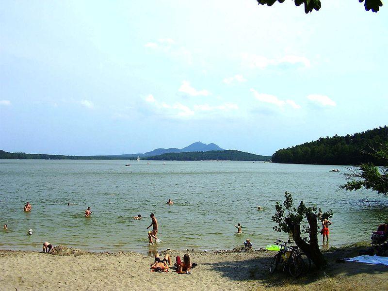 Češi tráví nejraději dovolenou ve své zemi, například uMáchova jezera, foto: Kümmling, CC BY 2.5