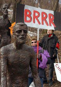 Průvod studentů AVU, kteří pod vedením Milana Knížáka protestovali proti pražským pomníkům asochám zposledních let, foto: ČTK