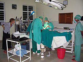 Jitka Škovránková (left) observes a surgery in the hospital in Buikwe