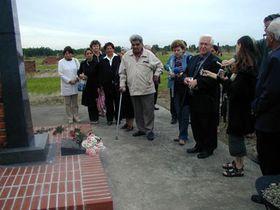 В цыганском лагере Освенцим II - Бжезинка участники возложили цветы у могилы