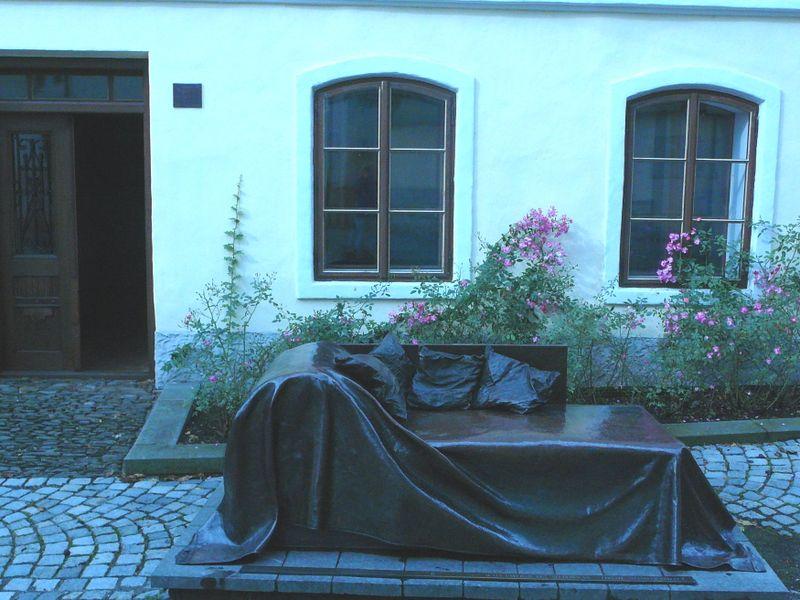 La casa natal de Sigmund Freud en la ciudad de Příbor, delante el sofá de bronce, foto: Jitka Mládková