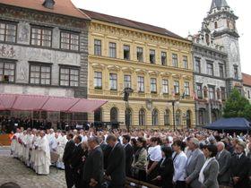 Pilger auf dem Hauptplatz von Prachatice (Foto: Autorin)