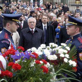 Президент Вацлав Клаус перед статуей Т. Г. Масарика (Фото: ЧТК)