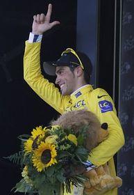 Alberto Contador erhält das Gelbe Trikot (Foto: ČTK)