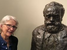 Majda Kallab Whitaker and the Dvořák American Heritage Association's statue of the composer, photo: Ian Willoughby