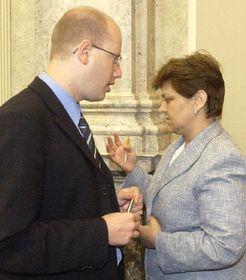 El ministro de Finanzas, Bohuslav Sobotka discuta con la ministra de Salud, Marie Soucková, foto: CTK