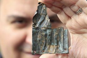 Archeolog Balázs Komoróczy ukazuje fragment zřímského pancíře nalezený uPasohlávek na Břeclavsku, foto: ČTK
