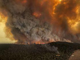 Wildfires rage under plumes of smoke in Bairnsdale, Australia, December 30, 2019, photo: ČTK/AP/Glen Morey