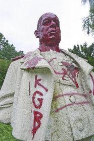 Poničená socha Pavla Rybalka, foto: ČTK
