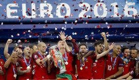 Les footballeurs du Portugal avec le trophée, photo: ČTK