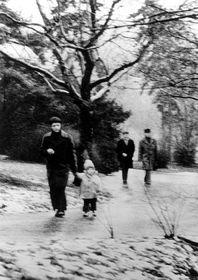 Petr Uhl en promenade suivi par deux agents de la StB, 1978, photo: CTK