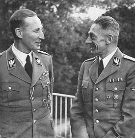 Reinhard Heydrich (vlevo) aK. H. Frank