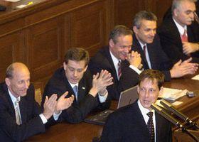 Premiér Stanislav Gross (v popředí) ačlenové vlády, foto: ČTK