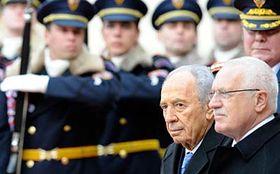 Simon Peres y Václav Klaus (derecha), foto: CTK