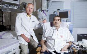 Jan Pirk con el paciente, foto: Michal Sváček, MF DNES, 9.6.2012