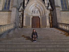 Natalia Moreno, a su espalda la Iglesia de Santa Ludmila, foto: Ana Briceño