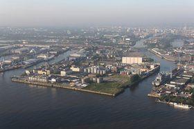 Hafen in Hamburg (Foto: Dirtsc, Wikimedia CC BY-SA 3.0)