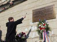 Placa conmemorativa en la calle Neruda, foto: CTK