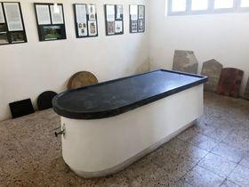 Steintisch für rituelle Reinigung (Foto: Maria Hammerich-Maier)
