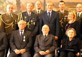 Награжденные, в центре министр обороны Мартин Стропницкий, Фото: Виктор Маца, архив Армии ЧР
