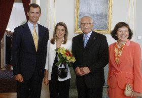 De izquierda: Príncipe de Asturias, Don Felipe y Doña Letizia, Václav Klaus y su esposa Livia (Foto: CTK)