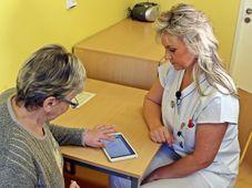 Eva Haxha en 'entrevista' con la paciente, foto: archivo dela Hospital de Vítkovice