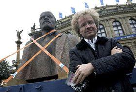 Рудольф Герц и бюста В. И. Ленина перед зданием пражского Рудольфинума (Фото: ЧТК)