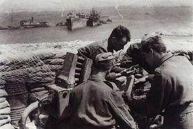 Josef Hercz (à droite) dans le port de Tobrouk bombardé