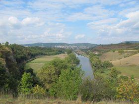 Beroun und Fluss Berounka bei Tetín (Foto: Martina Schneibergová)