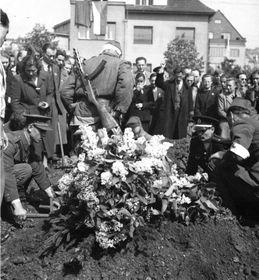 Похороны советских бойцов, убитых нацистами, Прага - Боржиславка, foto: Aрхив Вацлава Влка ст.