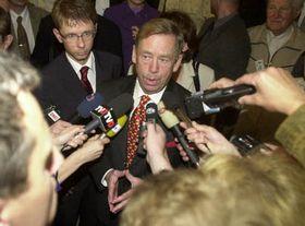 Václav Havel habla con los periodistas, Martin Krafl está preparado ayudar por su mano derecho, Foto: CTK