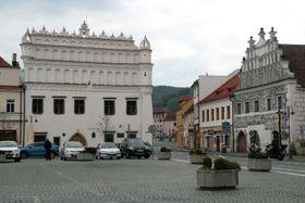 Böhmerwald-Museum in Sušice (links). Foto: Martin Strachoň, Wikimedia Commons, CC BY-SA 4.0