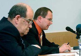 Petr Leso (v pozadí), pracovník kanceláře veřejného ochránce práv zabývající se restitucemi aombudsman Otakar Motejl, foto: ČTK