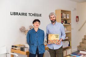 Delphine Beccaria et Gaëtan Akyuz avec la bande-dessinée Le dragon ne dort jamais, photo: Centre tchèque de Paris